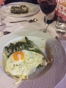 Grüner Spargel mit Parmesan und Spiegelei
